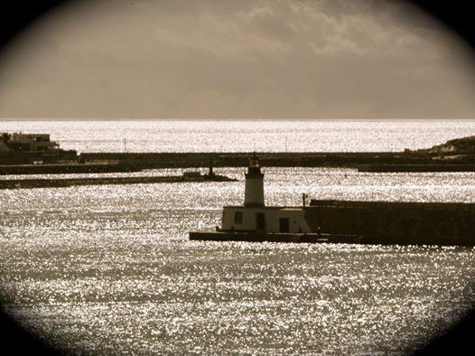 El puerto bajo el sol de la mañana