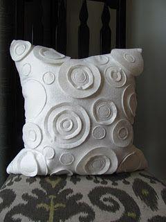 Felt Circles Pillow Tutorial....LOVE THIS PILLOW