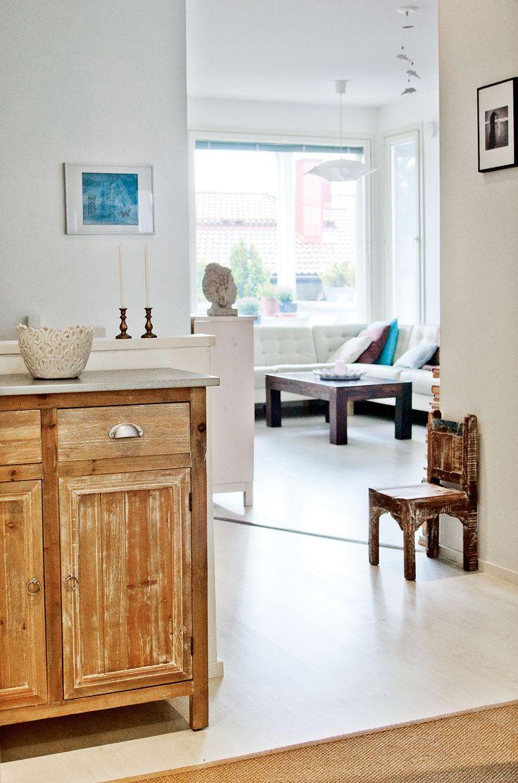 Eteisen kierrätyspuinen lipasto ja tuoli on hankittu Pentikistä. Lipaston päällä oleva astia on Annen rakastamaa gotlantilaista keramiikkaa.