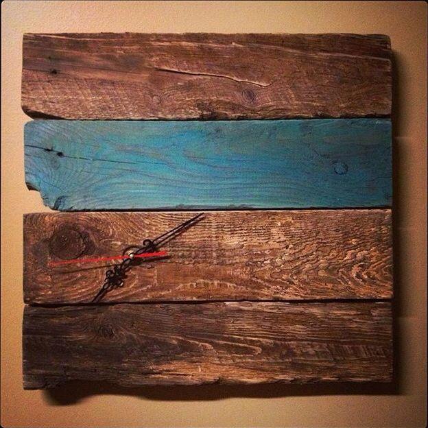 Horloge faite à partir de vieilles planches / Clock made from old wood pieces.