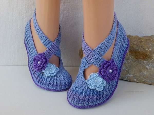 Beautyful slippers in ballet style. They are suitable as a guest slippers or for own feet. The pattern is backed with many pictures and step-by-step explanation. It is suitable even for beginners. The following knowledge is presupposed: chain, slip stitch