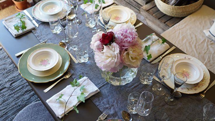 Vacker bordsdukning av blandat porslin i orangeriet av Hanna Peters i Äntligen Hemma.