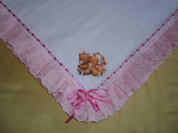 Manta em tecido piquet, com aplicação, passa fita e bordado inglês nos babados. Podendo ser bordada, prazo de entrega 15 dias. Ideal para todas as épocas do ano, além do aconhego no bebê. R$ 82,00
