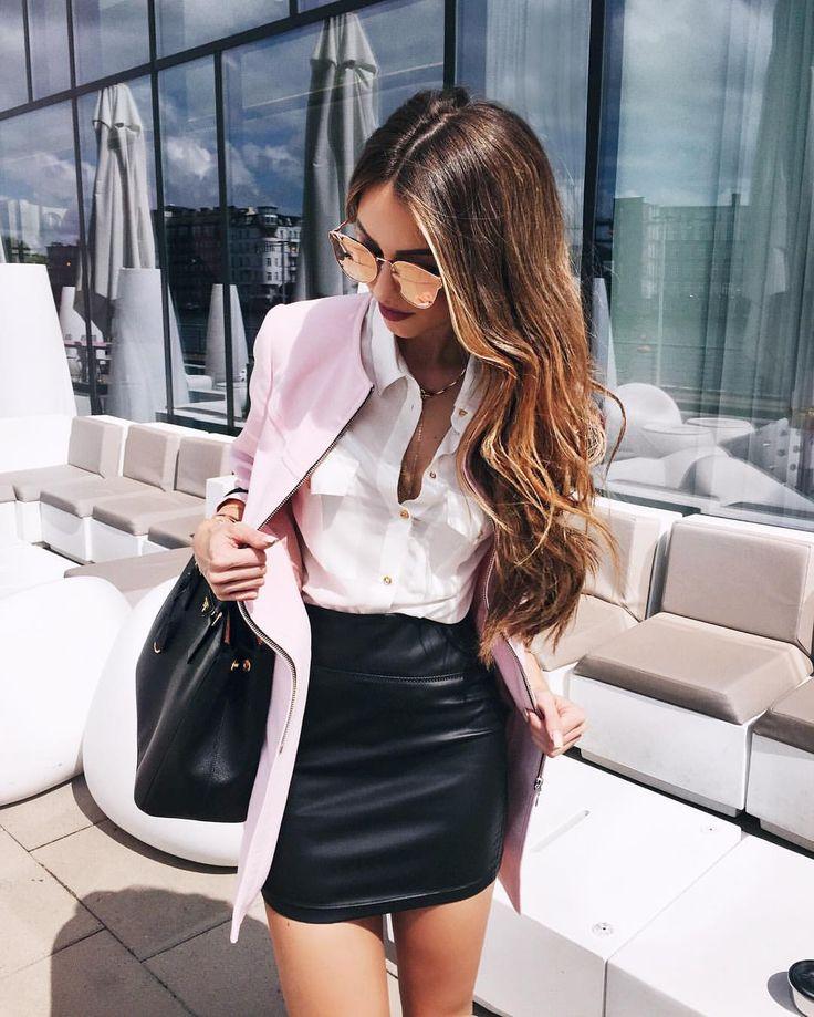 Chica con blazer rosa