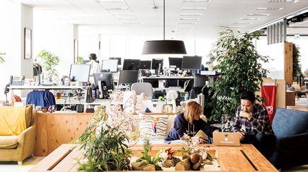 成長している話題の企業のオフィスにはどんな秘密があるのか? 働きやすいワークスペースがあって、社員同士がコミュニケーションをとりやすいのも大切だけど、モチベーションが上がる仕掛けがあれば、もっと楽しくなるんじゃない?