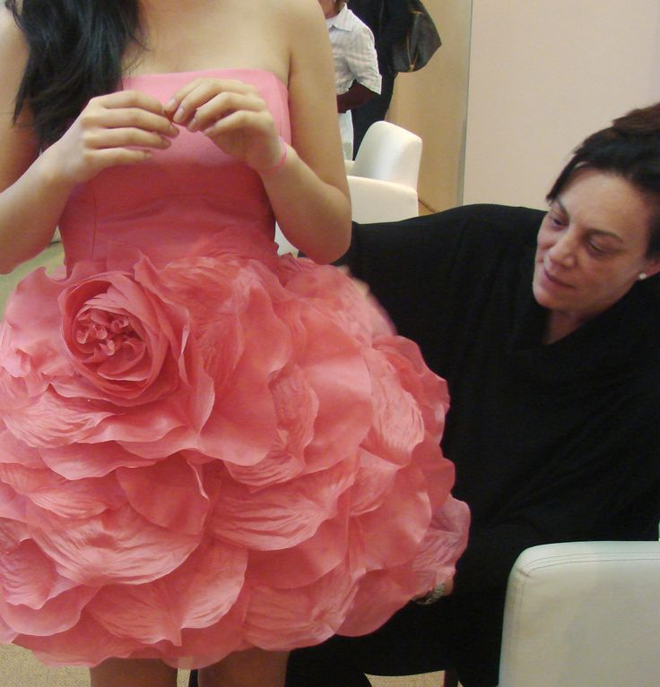 Vestido sob medida para batmitzvá; vestido rosa tomara que caia com saia de pétalas de flores