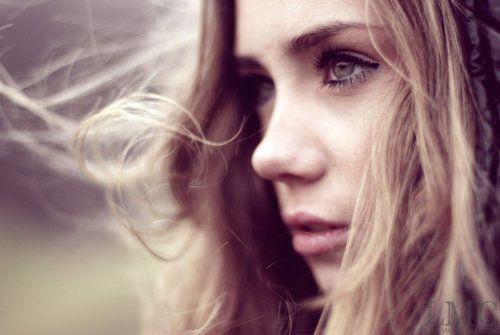 Red Rose: Apaixonada Por Uma Flecha... Olá pessoal,  como já anunciei neste blog publicarei a história de Tessa, um cupido antigo que sempre teve como tarefa ajudar os humanos a se apaixonar e garantir que era seguro, e ela sempre adorou ser um cupido, mesmo com a opção de subir ela sempre preferir estar perto dos humanos. Porém, ela tem um segredo, ela quer amar, quer saber o que os humanos sentem, porém os anjos não são permitidos a amar.