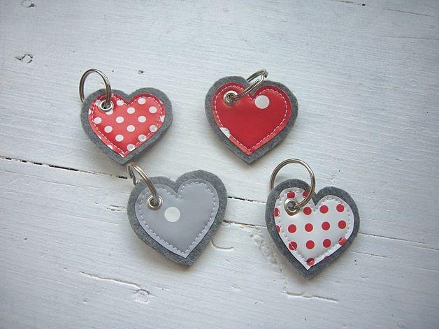 Süßer Schlüsselanhänger aus grauem Filz mit Applikation aus Wachstuch.  Bei dem Angebot handelt es sich um 1 Schlüsselanhänger !!!  Bitte bei der Bestellung den Farbwunsch angeben!