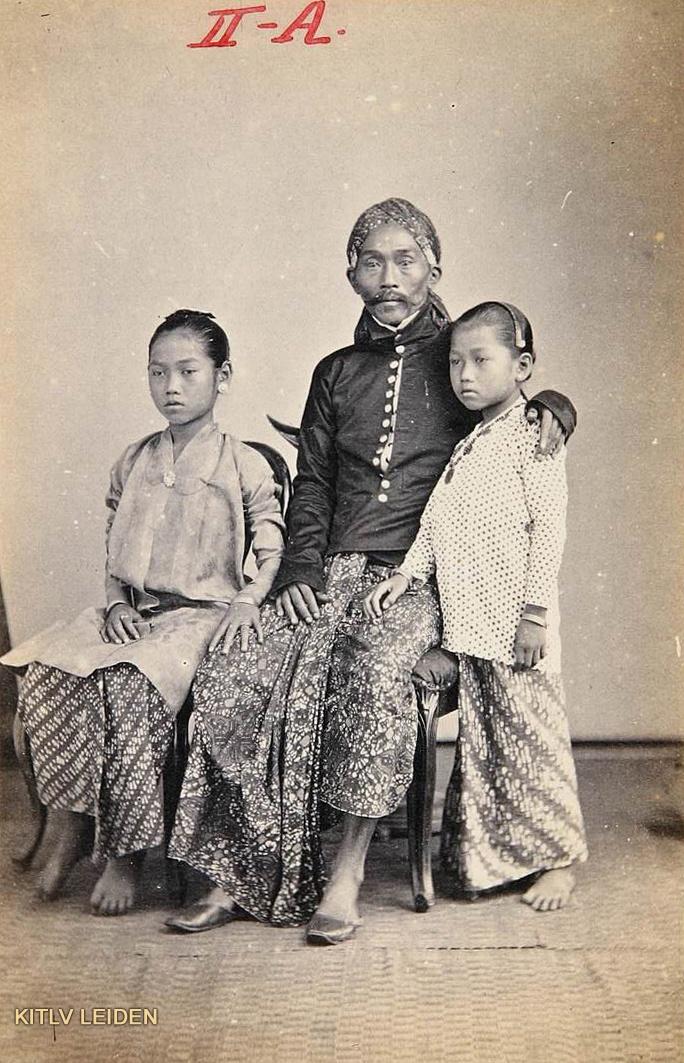 Regent van Probolinggo, Raden Toemenggoeng Soeroadinegoro, met twee dochters