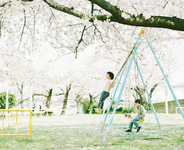 http://www.fhox.com.br/Materias/portfolio/fotografo-faz-serie-que-documenta-a-infancia-dos-filhos/ID-1279