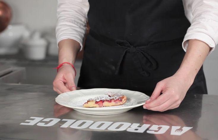 Il clafoutis è un dolce rustico francese che si prepara con frutta fresca incorporata a una densa pastella e cotto in forno. Ecco la ricetta con le fragole.