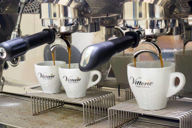 Μυστικά για έναν σωστά παρασκευασμένο espresso απο το Vittorio  1. Προσέξτε να μην είναι χοντροκομμένοι οι κόκκοι του καφέ. Όσο πιο καλά αλεσμένοι είναι τόσο το καλύτερο.  2. Aπαραίτητο είναι το καλό πάτημα του καφέ όταν τον τοποθετείτε στο φίλτρο της μηχανής ώστε να γίνει πιο πυκνός.  3. Όταν χρησιμοποιείτε μηχανή του εσπρέσο γυρίστε το μοχλό (group) μέχρι να βεβαιωθείτε ότι έχει κλειδώσει καλά. Mη φοβηθείτε να τον πατήσετε και να τον στρέψετε λίγο δεξιά.  4. Tα φλιτζάνια που πρόκειται να…