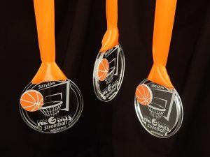Zwykły ale orginalny medal w kategorii zawody w koszykówke. Wklejka w kształcie piłki z pomarańczowego laminatu.