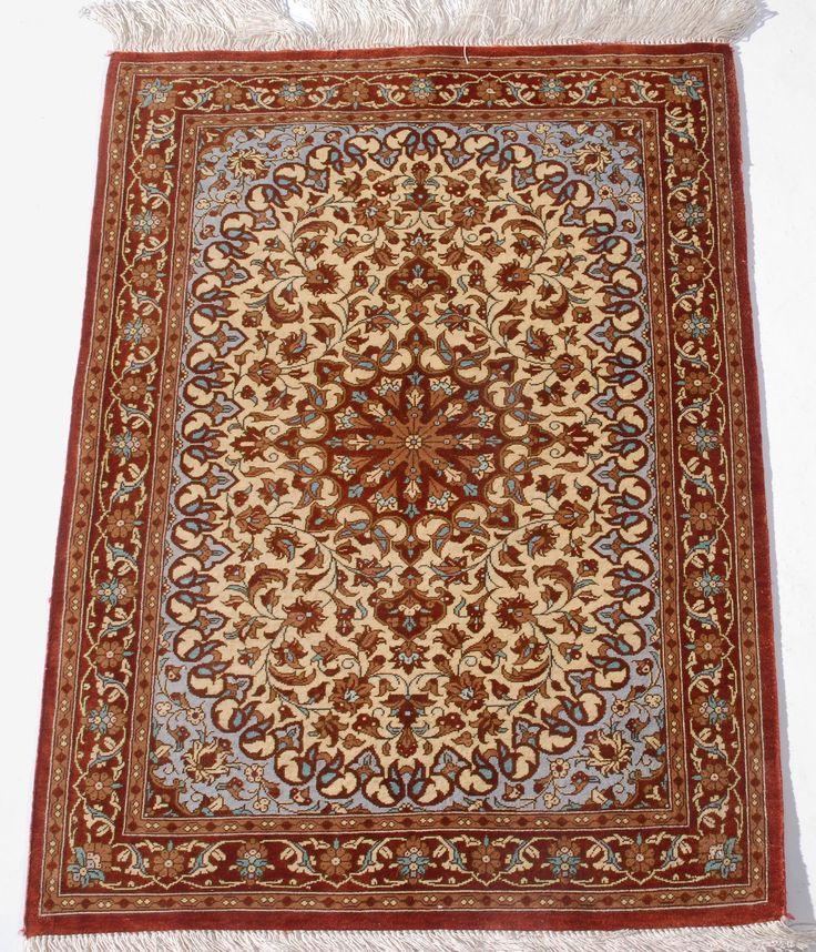 Schuler Auktionen Zürich     Ghom-Seide  Z-Iran, um 1980 63x74 cm (ft. 2.1x2.4).