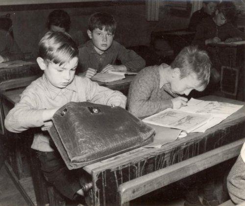 Films met kinderen. Marcel Krols speelt Merijntje in de film Merijntje Gijzen op school. Hier zit hij in de schoolbanken. Nederland, 1936.