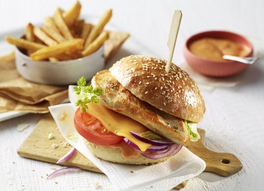 Chicken-Cheeseburger mit Hähnchenschnitzel und Cheddar #burger #chickenburger #chicken #cheeseburger #gefluegel #gefluegelgenuss #hähnchenschnitzel #genuss #rezept #recipe #burgerrezept