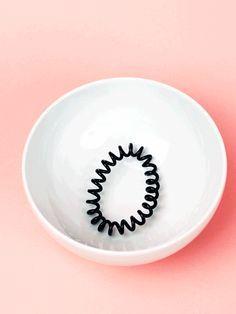 Spiral-Haargummis haben einen riesen Vorteil: Sie können niemals ausleiern. Mit unserem Trick zeigen wir euch, wie man sie wieder straffbekommt.
