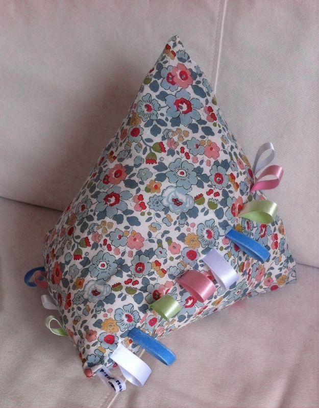 Doudou étiquette http://www.papaetmaman.fr/doudou-etiquette-liberty-coton-jaune-rose-rouge-vert-eveil-bebe-naissance.html