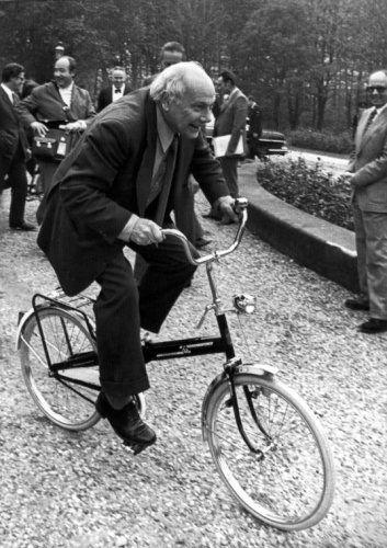 Premier Joop den Uyl op een geschonken vouwfiets ter gelegenheid van de autoloze zondag en de Oliecrisis, Den Haag 2 november 1973.
