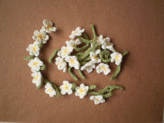 Looking for a present to post to a little girl and came across this fabulous idea - A crochet daisy chain! She can use it to make a necklace, headband, bracelet etc. Can't wait to get started on these! Ravelry: Daisy Chain Kit free crochet pattern by Frankie Brown