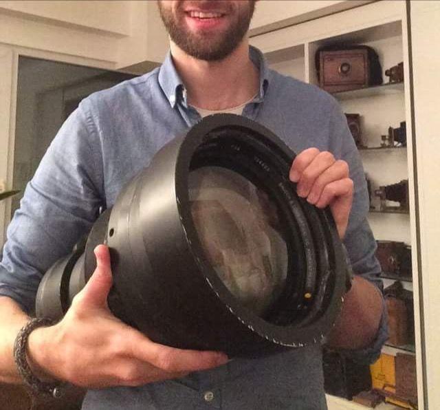 Reuze bertha lens WOII Bausch and Lomb 40 inch Graflex  De big bertha van de fotografie. Vermoedelijk van 1944 en gebruikt tijdens woii voor luchtfotografie. Later kregen de lenzen vaak een nieuw leven als telelens voor grote sportwedstrijden gemonteerd op een graflex camera.Brandpuntsafstand 1016mm. Voor zeer groot formaat! Beeldcirkel diameter ca 600 mm. Frontlens 200 mm diameter.Zwarte houder inclusief. Houten statief waar hij opstaat op de foto's is te koop in een ander kavel in de…