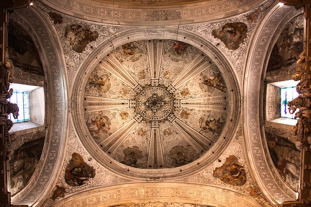 Looking up at the dome of the church in the Hospital de la Caridad.