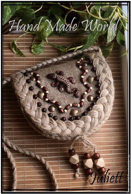 Купить или заказать Сумочка из мешковины 'Ящерица' в интернет-магазине на Ярмарке Мастеров. Сумочка сшита из мешковины. Отделана косами из джутового шпагата, деревянными бусинами и декоративными элементами. Ящерица на сумочке вылеплена в ручную из полимерной глины (пластики) и окрашена акриловыми красками, возможно исполнение элементов украшения по Вашему пожеланию. Закрывается на магнитную кнопку.
