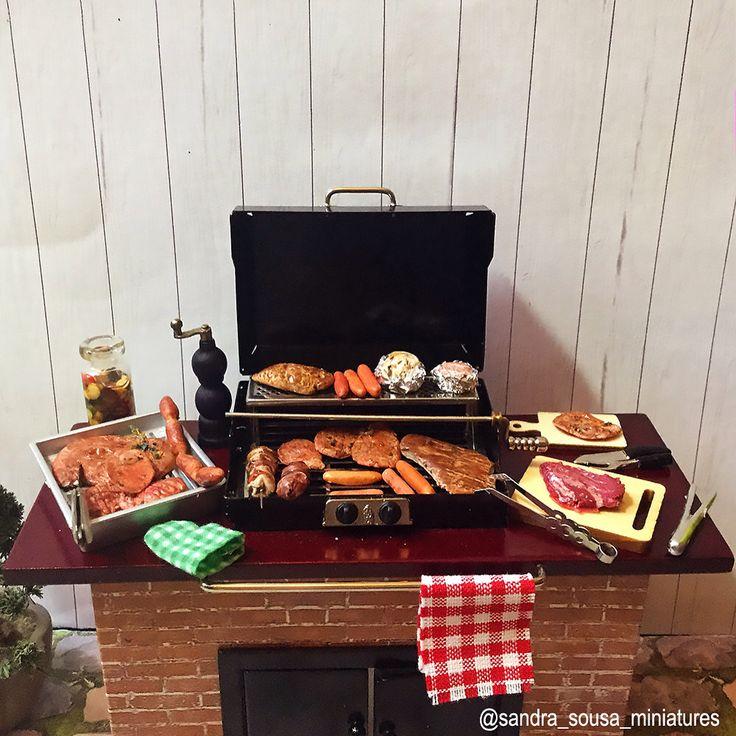 Dia de churrasco! com saudade do Brasil 🍽😀 #miniatureart #miniaturefood #dollhouse #dollhouseminiatures #food #fakefood #polymerclay #miniature #art #artist #fimo #clay #sandra_sousa_miniatures #meat #barbecue #steak #churrasco #carnes