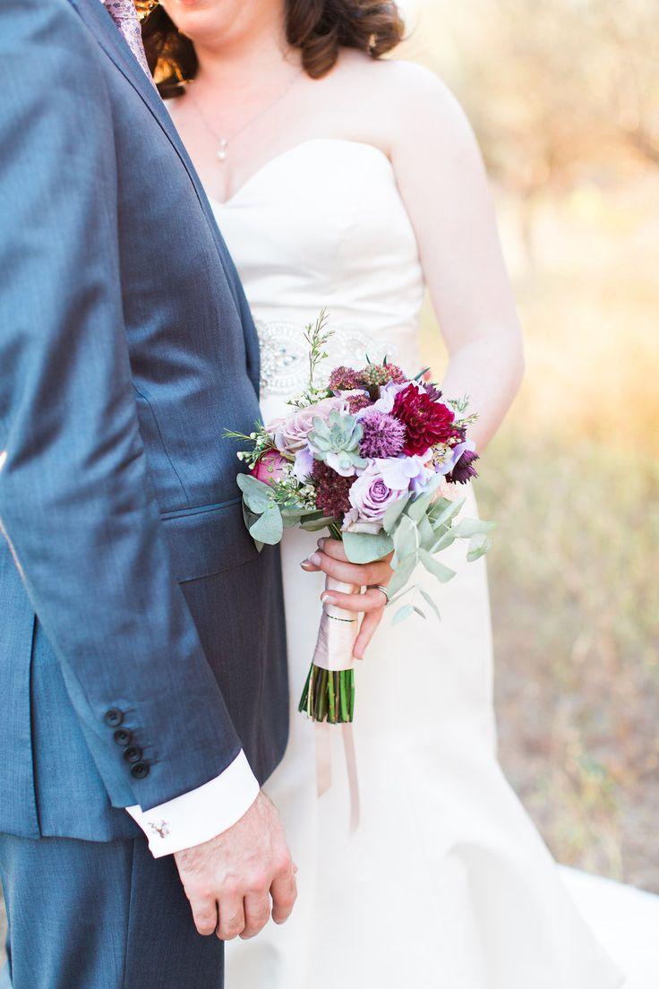 detail mariés bouquet de mariée bordeaux, violet, touche de bleu, touche de rose wedding details bride and groom, wedding bouquet purple, burgundy, light pink, light blue