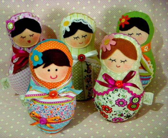 Boneca Matrioska ou Mamuska segundo a tradição russa representa a família e traz boa sorte. Confeccionada  em tecido de algodão com detalhes coloridos, pode ser com olhinhos abertos ou fechados. Ideal para decorar quartos, festas de aniversário ou mesmo presentear aquela pessoa especial. R$ 25,00