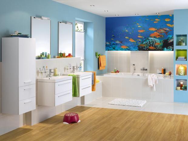 BÄDERWELT: Badezimmer Familiengerecht In Blau Und Weiß Mit Bunten Fischen
