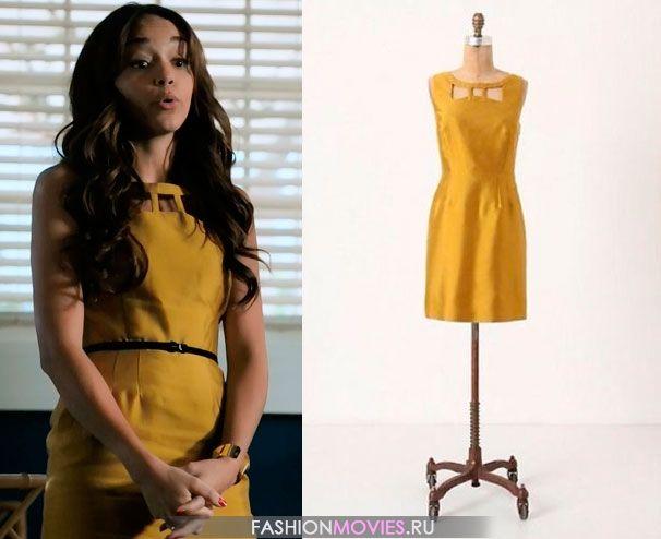 на Эшли Дэвенпорт (Эшли Мадекви) горчичное платье с вырезом в виде банта на декольте  от Anthropolgie.