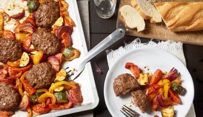 Frikadellen mit Feta gefüllt und buntes Ratatouille Gemüse wird ganz einfach auf dem Blech zubereitet. Das leckere Rezept gibt es bei MAGGI.