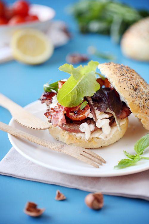 Hamburgers de boeuf au basilic, lard et sauce aillée