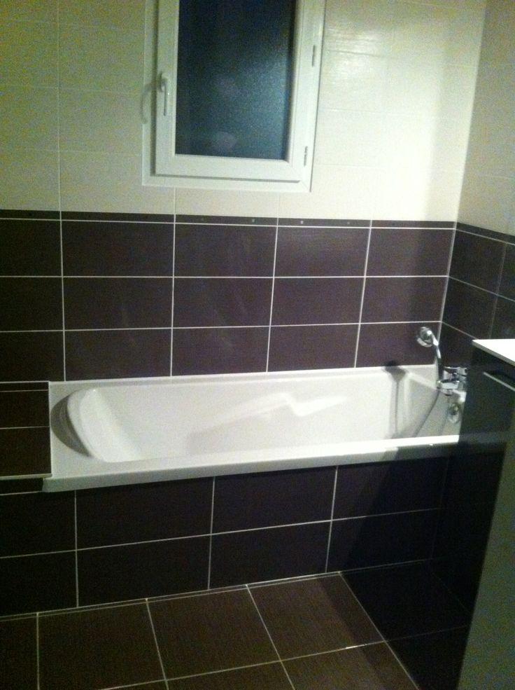 une salle de bain avec baignoire et un duo de fa ences. Black Bedroom Furniture Sets. Home Design Ideas