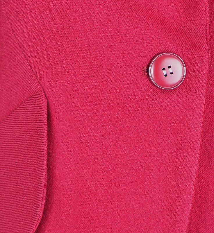 Винтажный жакет Yves Saint Laurent выполнен из костюмной шерсти вишневого оттенка на шелковой подкладке. Полуприлегающий силуэт, пиджачный воротник с закругленными лацканами, фигурная баска по низу жакета, переходящая в декоративные клапаны карманов. Центральная внешняя застежка на круглую пуговицу. Обхват груди 104 см, длина рукава 58 см, длина жакета по спинке до линии низа 61 см. 1980-е годы, Франция.