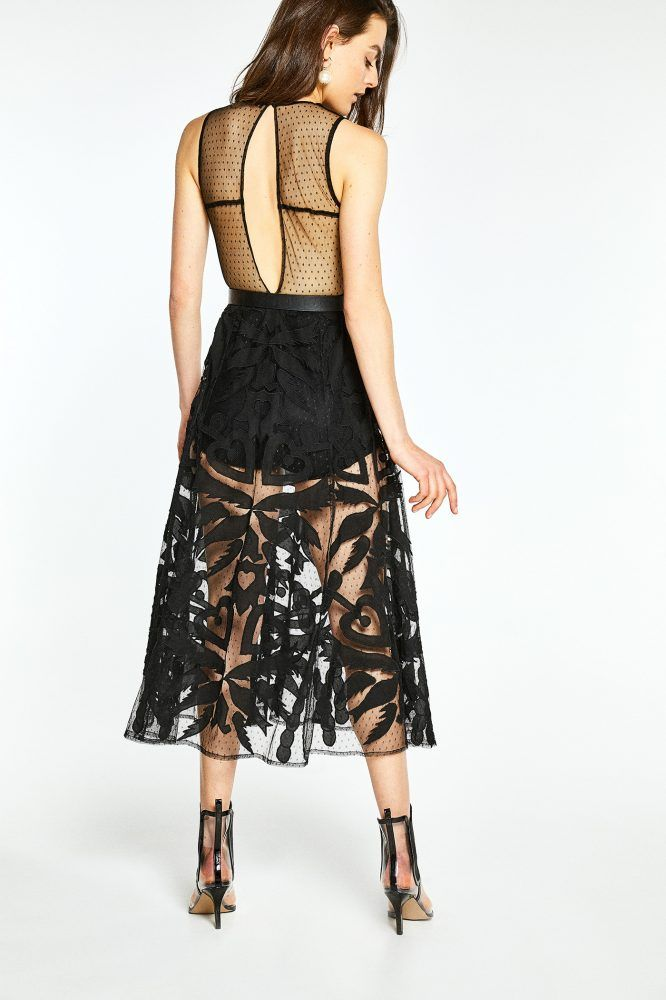 https://www.sfera.com/es/mujer/vestidos-y-faldas/vestido-largo-bordado-81d26d6/26841/