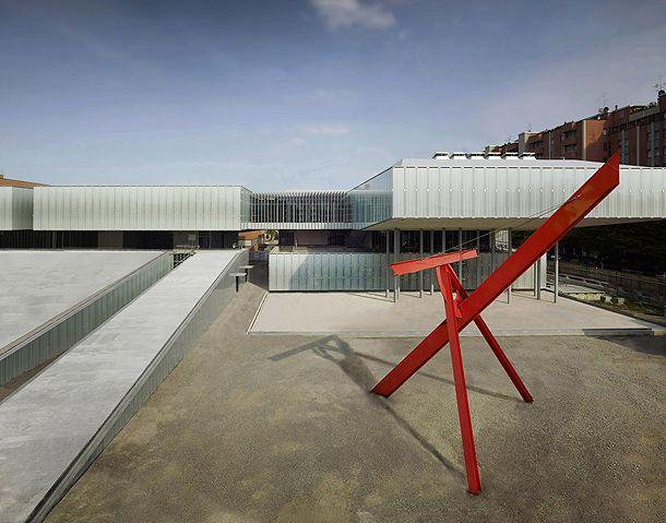 Facciata e scultura di Mark Di Suvero. MAST Bologna, un nuovo centro polifunzionale progettato da LABICS