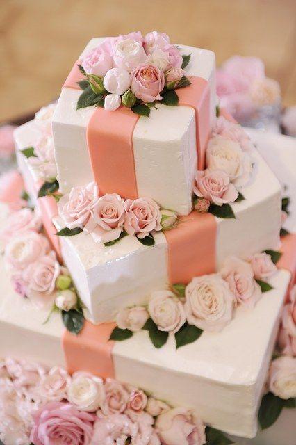 ホテルエミシア札幌|結婚式場写真「まるでプレゼントのようなウエディングケーキ。フラワー装飾がより一層華やかに