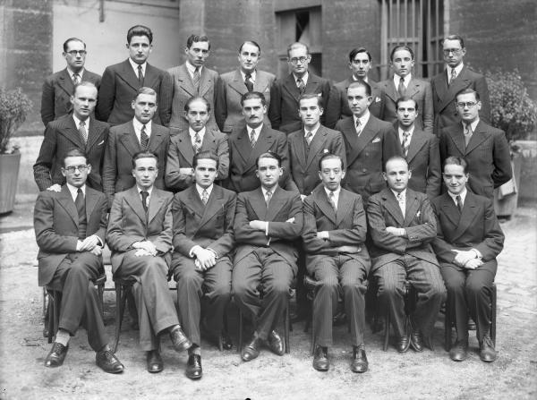 Je revois d'anciens copains.  Internat de l'Hôtel-Dieu de Lyon : portrait de groupe (concours de 1934) Villeurbanne : leçons de natation Fonds : Jules Silvestre