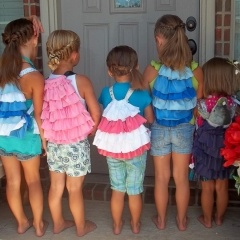 These ruffle totes are adorable.  I may just have to make one soon.
