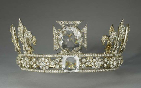 Queen Mary's crown wow 2200 diamonds and the Koh I Noor diamond on top