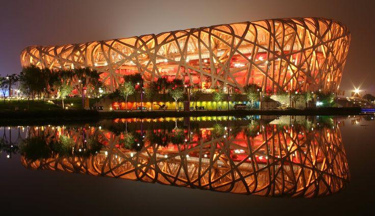 Visão noturna do Estádio Nacional de Pequim, em Pequim, China. Arquitetos: Herzog & de Meuron, ArupSport, China Architectural Design & Research Group.  Fotografia: Peter23.