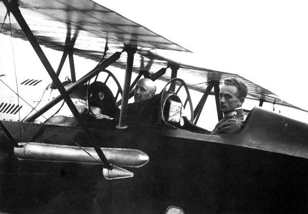 Gabriele d'Annunzio e Natale Palli in partenza per il volo su Vienna
