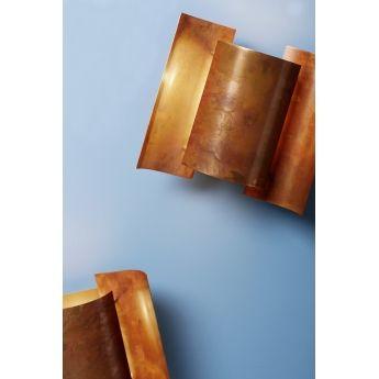Applique BUTTERFLY - Nothern Lighting Véritable icône du design scandinave des années 60, cette applique Butterfly se compose de 3 éléments cylindriques imbriqués et incurvés finition cuivre. Grâce à un traitement thermique spéciale appliqué au cuivre, la surface de l'applique devient mordorée et propose un jeu de lumière très élégant. Cette finition cuivre donne au luminaire un superbe effet brut et industriel.