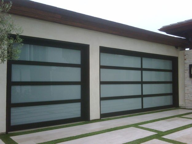 a very modern whitepanel garage door design makes this midcentury home pop