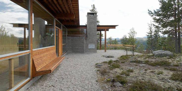 EN PANORAMAHYTTE: Fra stuen/kjøkkenet rett bak glasset og fra uteplassen er det storslått utsikt mot Rondane. Konstruksjonen under takutstikket er synlig med det blotte øye.