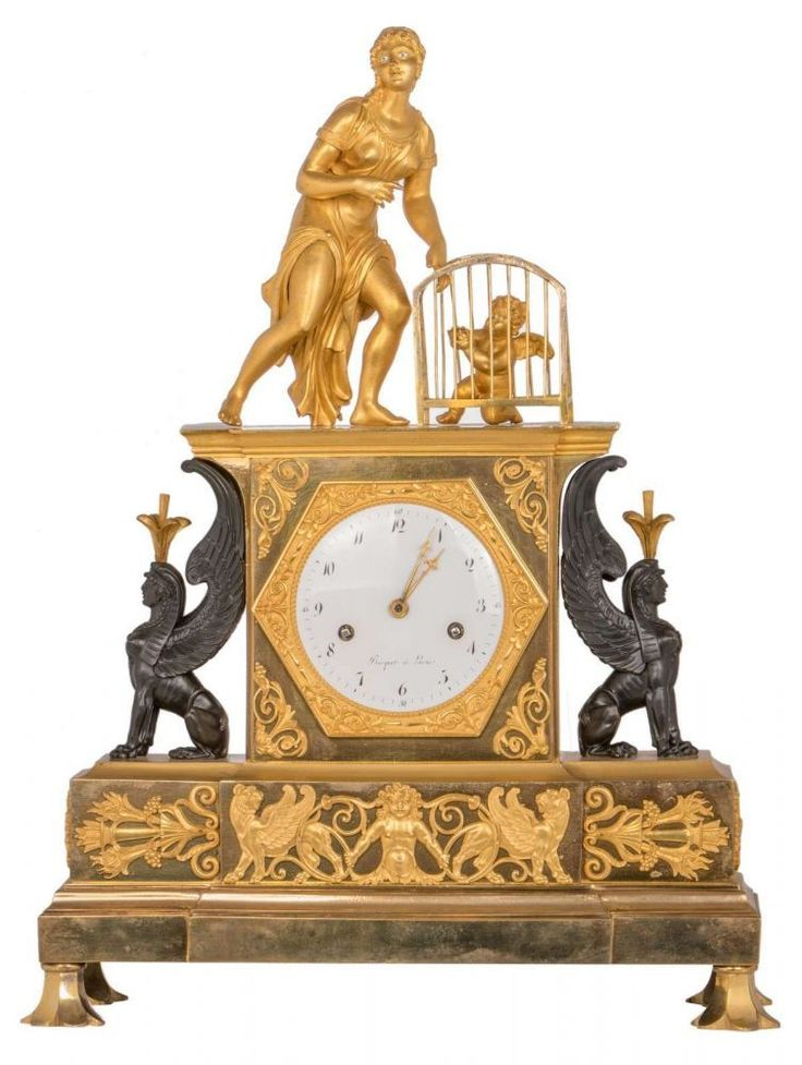 A Neoclassical gilt and patinated bronze mantel clock, the clock itself flanked by two sphinxes, the — Uhren: Standuhr, Wanduhr, Tischuhr, Armbanduhr, Taschenuhr, Rolex, GMT Master, Submariner, Cartier, Tank, Jaeger-LeCoultre, Patek Philippe, Breguet, Glashütte, IWC