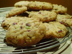 La cuoca in viola: Cookies ai pistacchi e cranberries con cioccolato bianco (biscotti per Babbo Natale)