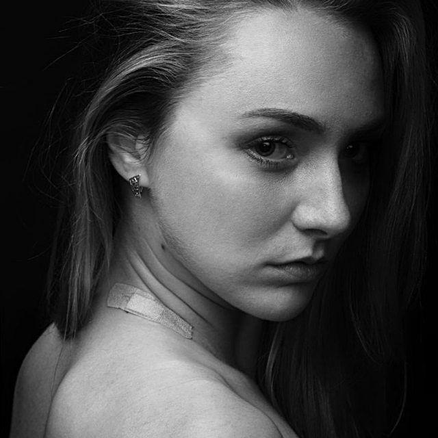 Мне так нравится этот снимок, он что то рассказывает и каждый видит свою историю.. . . 📷Ph:@marsy_foto 😇model: @helenhelenusha 🌃location:Фрунзе 5(старое помещение #фотошколалайк .  #фотокарточка #фотогрсфнск #фотоссеия #marsy_foto  #мило #портрет #драма #напределе